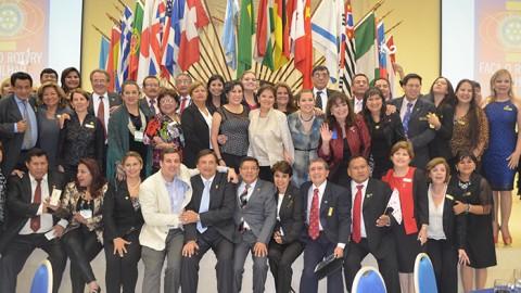 Masiva delegación boliviana asiste a la Convención Mundial en Brazil