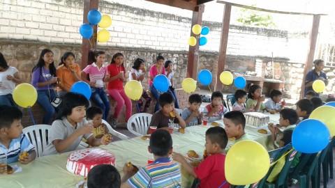 Rotary Club Camiri agasaja a los niños del hogar de huérfanos.